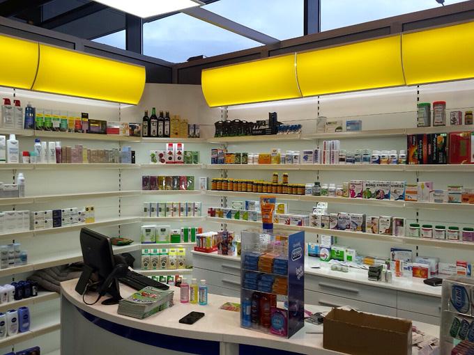 Agencement de pharmacie : rayonnage et comptoir