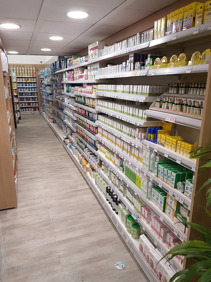 Gondole murale en bois pour pharmacie