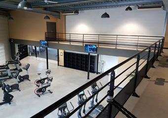 Plateforme mezzanine peinte dans une salle de sport